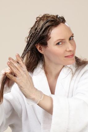 Используя пальцы, потихоньку спустите краску с верхней половины волос на кончики