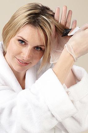 Кистью в 5 см распределите краску от середины длины волосы до кончиков