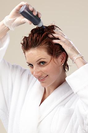 Выжмите золото-коричневую стойкую краску на обсушенные полотенцем волосы