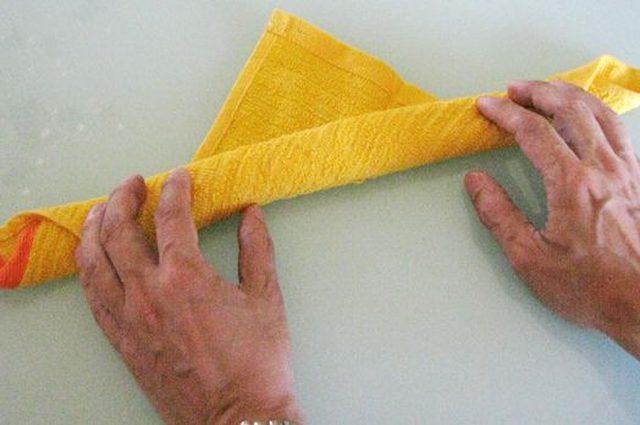 По диагонали складываем полотенца от угла к углу. Ширина получившейся «ленты» должна быть примерно 5 см.
