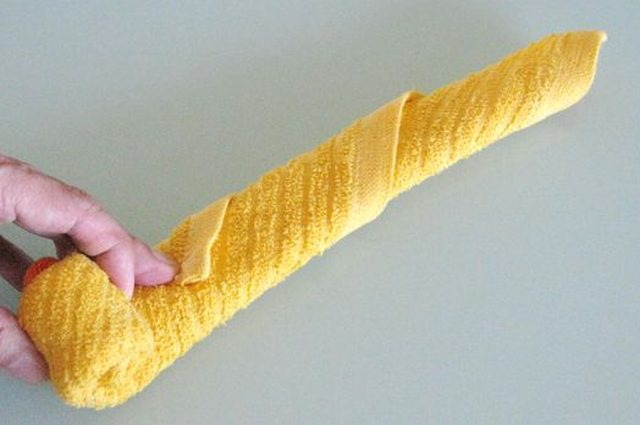 С одного конца ленты из полотенца скручиваем ее к противоположному концу