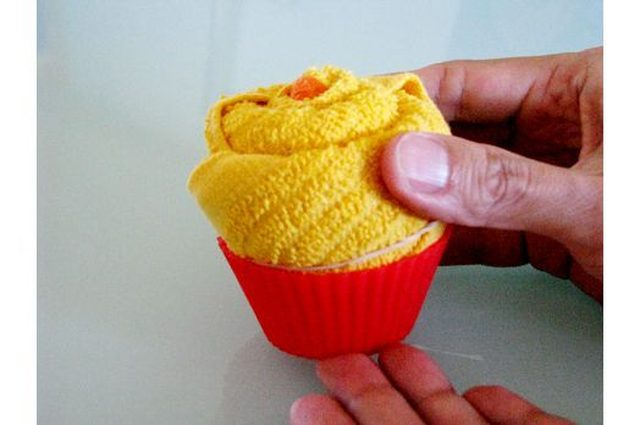 Ставим кекс в силиконовую форму так, чтобы она полностью скрыла резинку