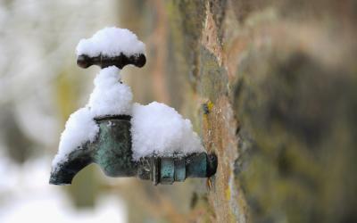 Как предотвратить замерзание труб зимой на даче и в загородном доме