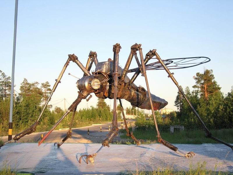 изваяния огромного комара (Ноябрьск, Ямала – от нефтяников, которые всю жизнь будут помнить о комарах)