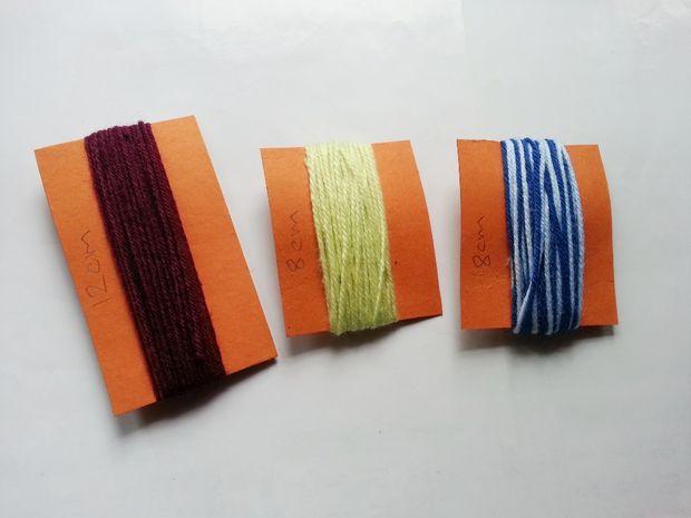 Берем пряжу одной толщины и 3-х разных цветов и каждую оборачиваем вокруг своей отдельной картонки по длине