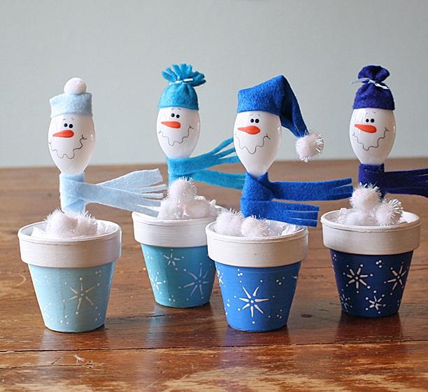 Как создавать очаровательные поделки из пластиковых ложек: снеговики в горшках
