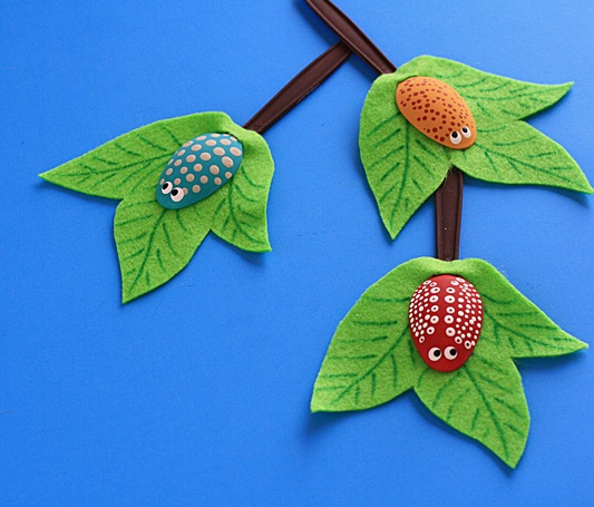 Как создавать очаровательные поделки из пластиковых ложек: букашки на листьях