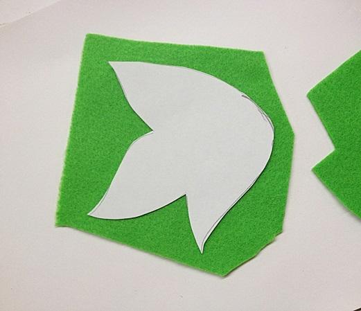 Вырезаем шаблон, по нему обводим и вырезаем полученное из зеленого фетра