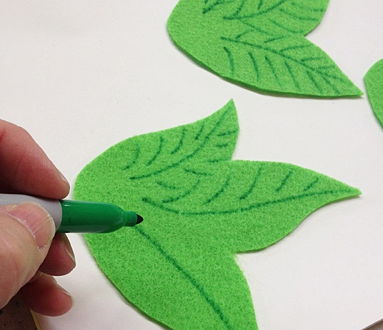 Ручкой рисуем на фетре прожилки листов