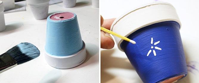 4 одинаковых миниатюрных цветочных горшка окрашиваем сначала белой краской по верхнему бордюру, потом синей/голубой нижние части, снизу рисуем снежинки