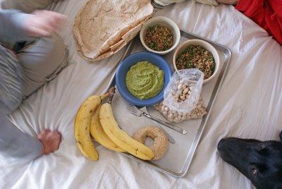 Они устраивали пикник в спальне: одевали купальные костюмы, вытаскивали полотенца и расставляли на них островную еду и напитки