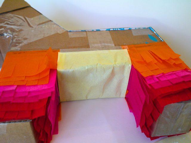 заклейте живот ослика парой слоев крепированной бумаги другого цвета