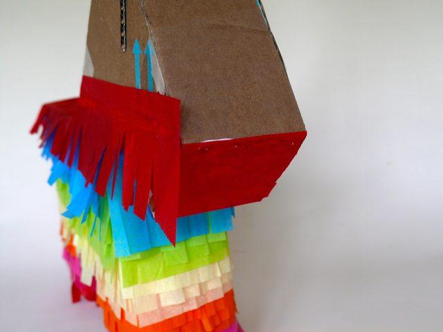 заклейте в три слоя прямоугольниками из крепированной бумаги текущего цвета нижнюю сторону подбородка и переднюю морды