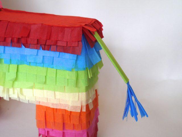 Клейте хвост обязательно под первый из трех слоев бахромы одного цвета