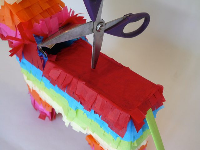Ножницами в спине фигурки проделайте небольшое отверстие