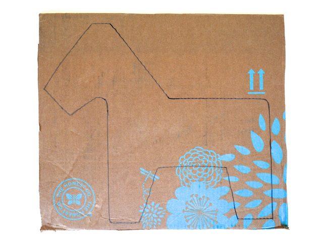 Переведите набросок в двухмерную схему и отдельные детали, увеличьте и перенесите карандашом на картон