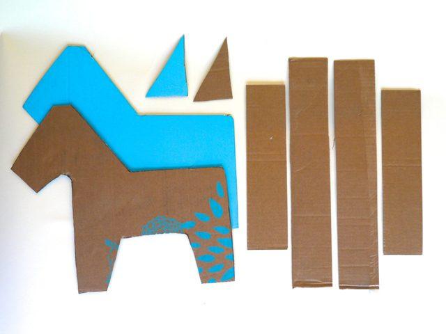 Вырезаем из картона форму бока фигуры, а также отдельные детали по одной. Вырезали – обведите те детали, что должны быть парными, на другом картоне.