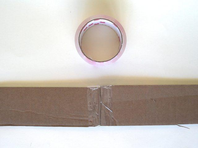 Склейте все полоски в одну длинную прозрачной липкой лентой