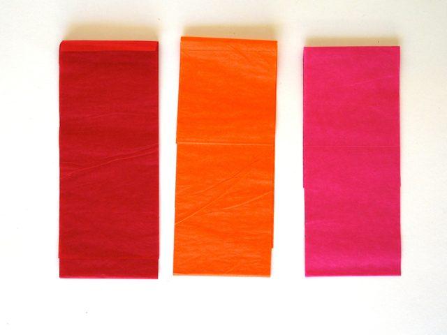 Нарежьте крепированную бумагу широкими длинными полосками (около 7,6 см)