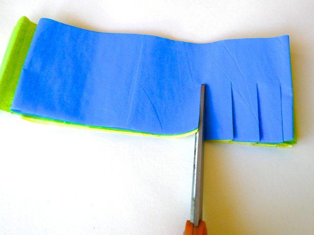 порежьте один длинный край стопки на бахрому