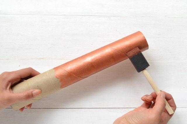 Окрашиваем ключ и рулон краской подходящего цвета – под черненое золото, медь или обычный металл
