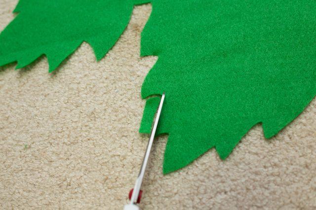 Из любой однотонной зеленой плотной ткани вырезаем единым куском листья наподобие виноградных