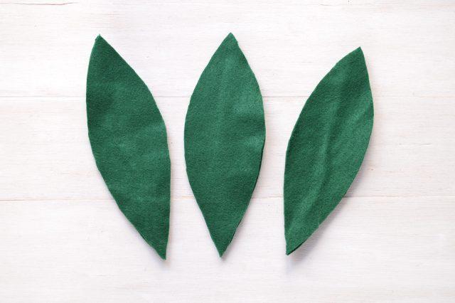 Вокруг проволоки вырезаем листья стандартной вытянутой формы