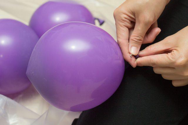Очень аккуратно шарики за хвостики пришиваем ниткой с иголкой или прикалываем булавками к одежде снизу доверху, формируя виноградную гроздь