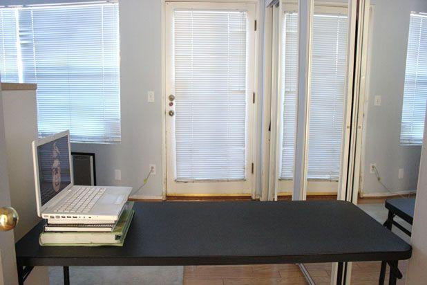 Поставьте в проеме стол, на него поместите ноутбук или монитор ТВ – как можно дальше и влево от проема