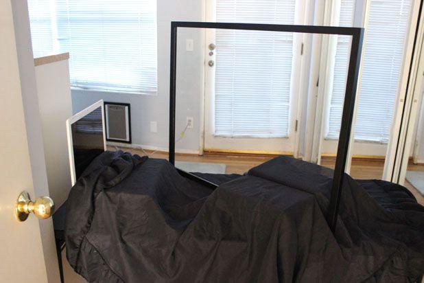 Закройте книги и клавиатуру ноутбука (или используйте планшет) плотной черной тканью