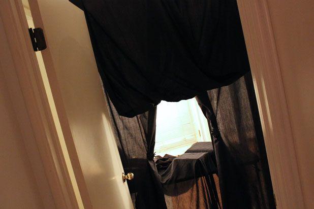 Оформите дверной проем черной тканью