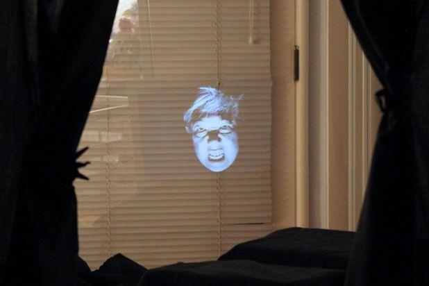 Включите видео, и между складками ткани появится привидение