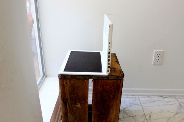 Монитор положите на спину – т. е. чтобы экран был направлен в потолок