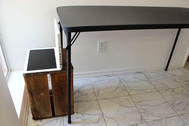 Стол ставьте за ноутбуком/монитором