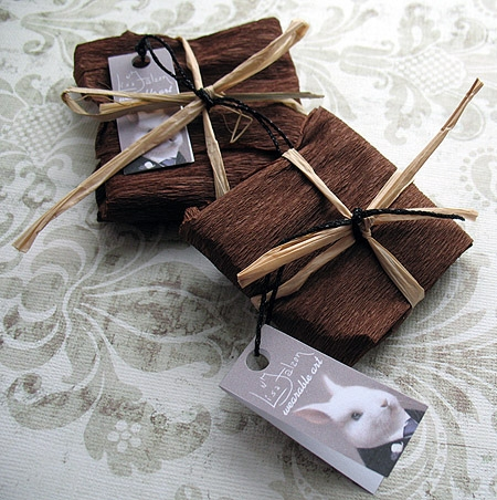 Кроме атласных и бумажных лент можно использовать нитки бус, бечевки или гибкие полоски коры/засушенных трав.