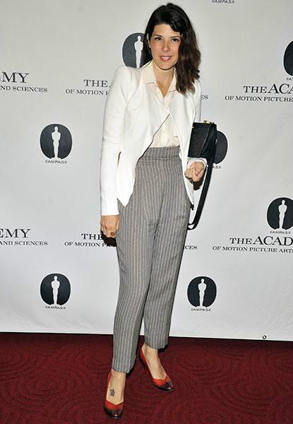 Марисе Томей (Marisa Tomei) в белом блейзере и офисныю полосатых брюках