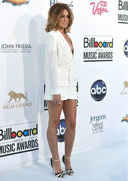 Ханна Монтана (Hannah Montana) - Майли Сайрус (Miley Cyrus) в белом пиджаке на каблуках