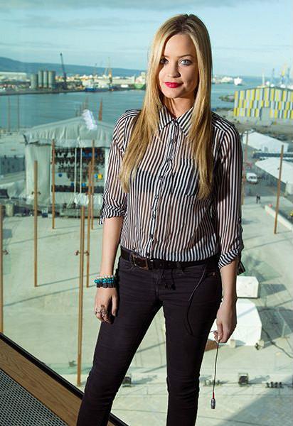 Лаура Уитмор (Laura Whitmore) в прозрачной блузе в полоску