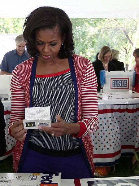 Мишель Обама (Michelle Obama) в бело-сине-красном горохе и полосках