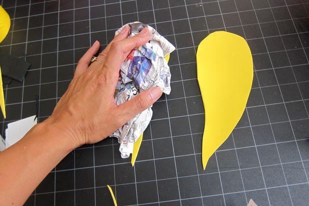 вырежьте крылья длиной около 20-21 см, наложите поверх скомканную и приплюснутую газету