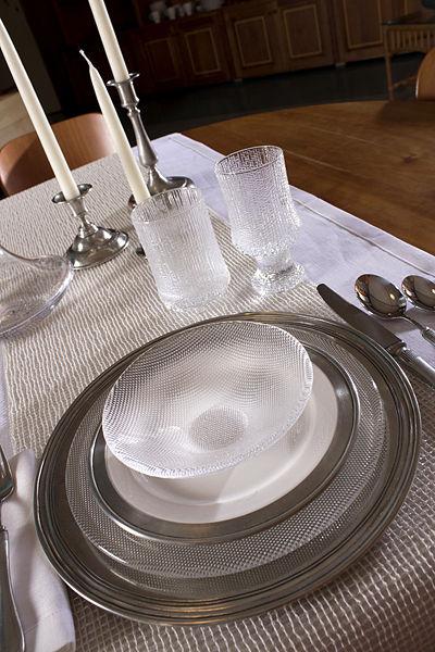 В настоящее время так же возвращается мода на старомодное сочетание стекла и металла в сервировке стола