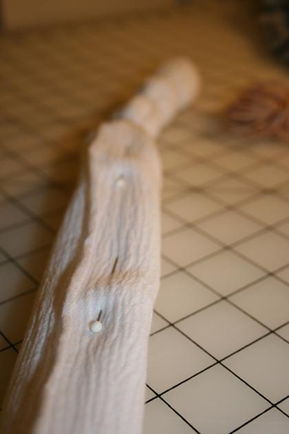 Если у вас на руках чересчур сложная ткань, которая постоянно сбивается, перед тем как завязывать ее веревочками, заколите ее булавками по длине будущей «косы»