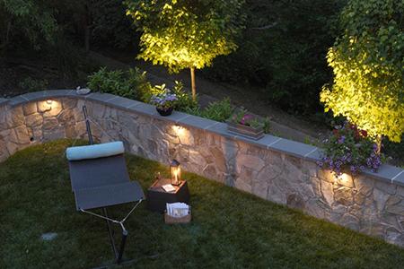 Как выбрать освещение на участке рядом с домом/кафе в современном стиле