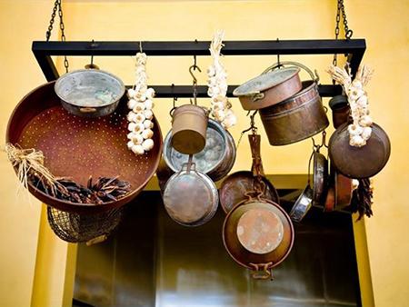Потолочные вешалки для кухонной утвари – это Европейская и Американская традиция, которая начинает приживаться и у нас