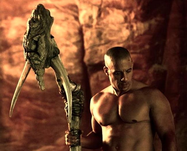 фильм «Риддик 3» (Riddick) 2013, осень, обнаженный по пояс ВИн Дизель с посохом с черепом, кадр из фильма