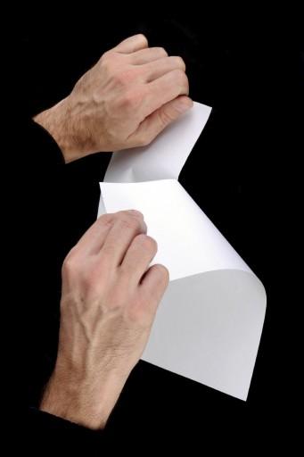 мужчина рвет бумагу