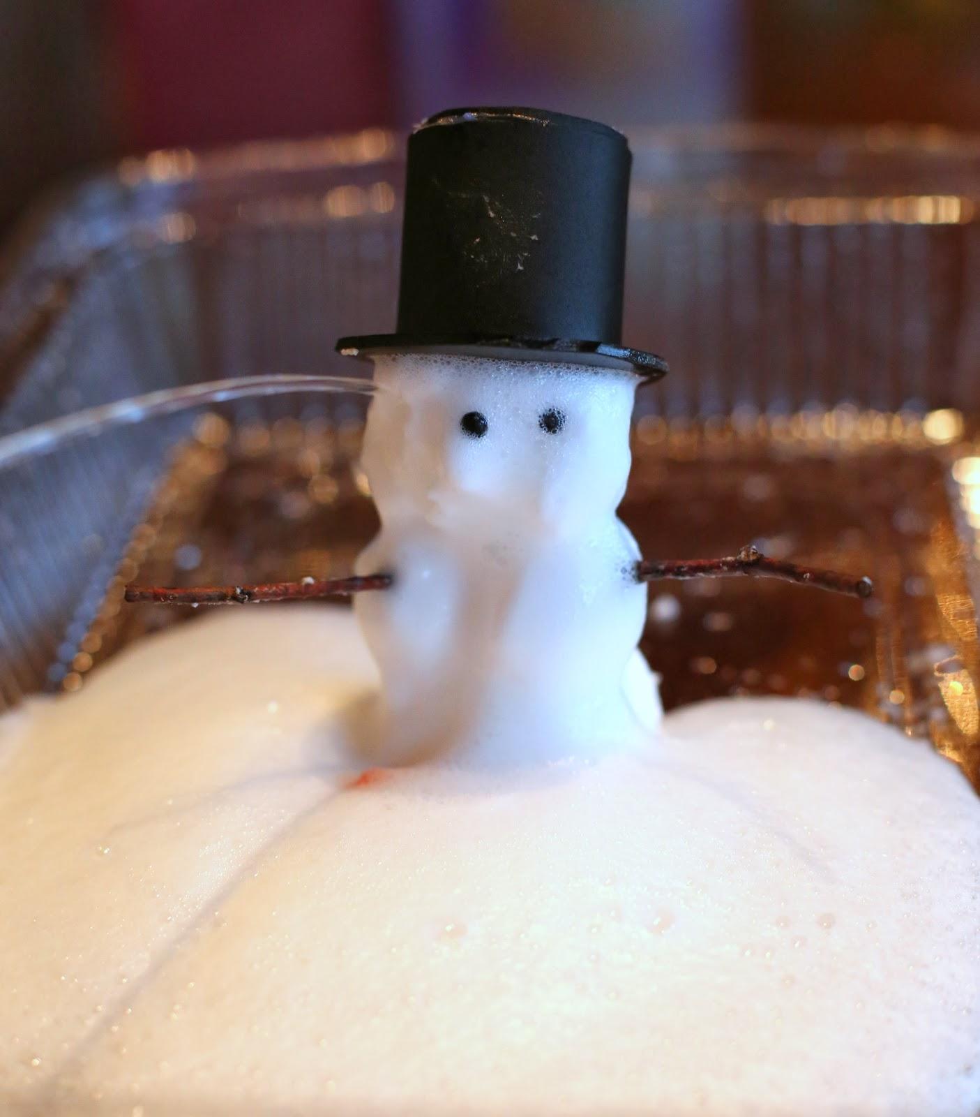 Снеговик из особого извергающегося и пенящегося теста - тает