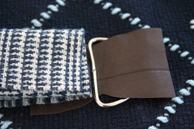 Сложите шарф пополам по длине (т. е. получая не петлю, а шарф меньшей ширины)
