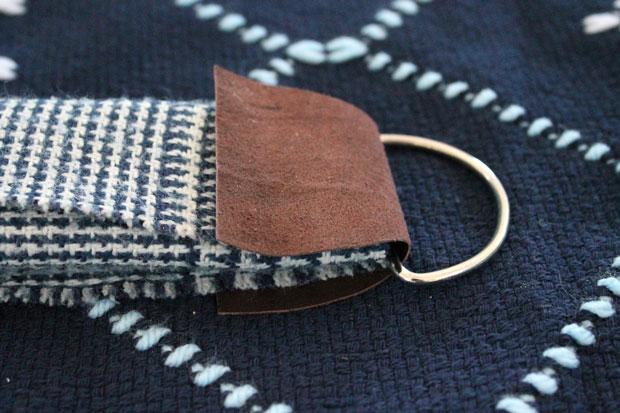 Поверх кольца и шарфа загните верхнюю половину заготовки, чтобы шарф и кольцо оказались внутри петли, как в сэндвиче