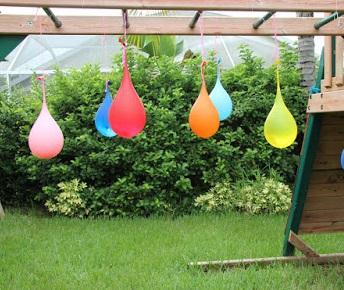 Водяные пиньяты: креативно развлечь детей на даче - душ во дворе